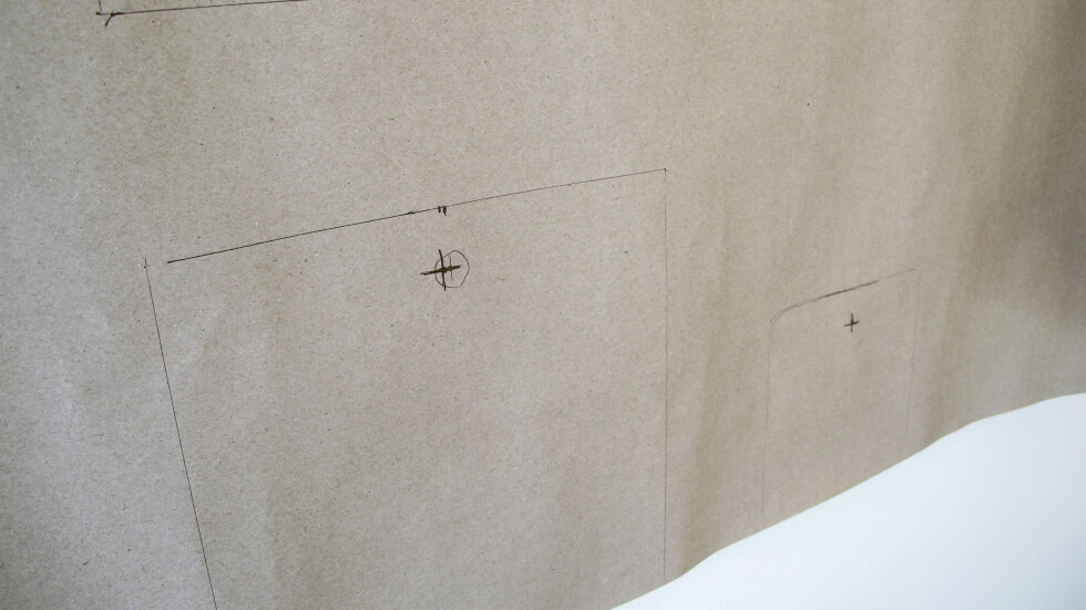 Først tegner du omriss av bildene på et ark, og så markere hvor opphenget bør være. Foto: Per Ervland