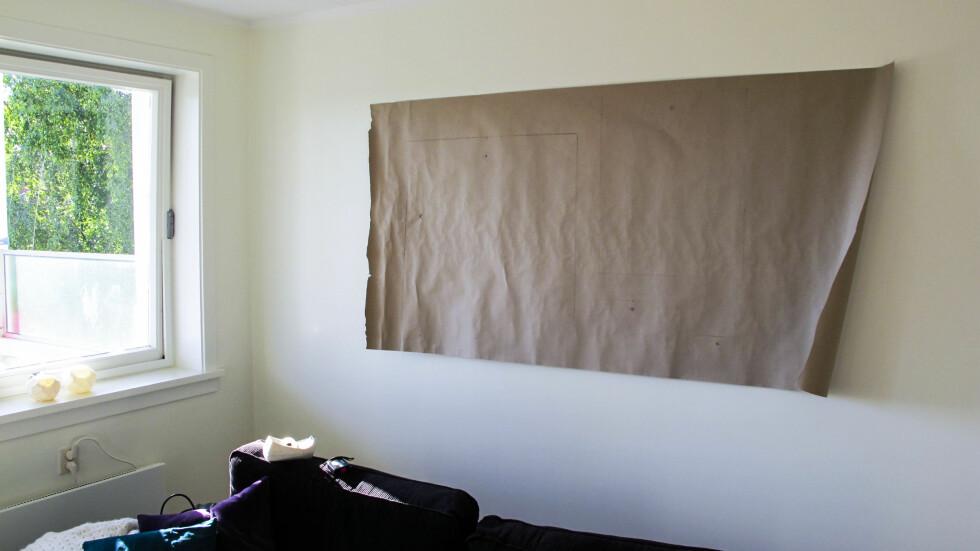 Så henger du arket opp på veggen, og sjekk at det er i vater.  Foto: Per Ervland