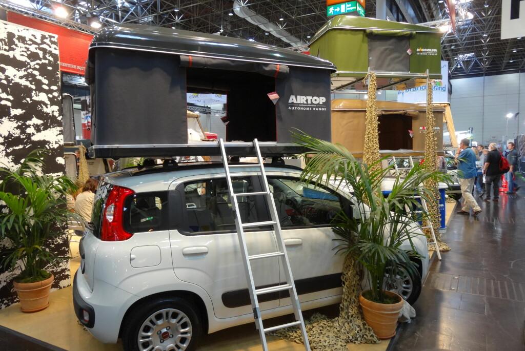 Bilen er kanskje ikke stor nok til å gi deg campingvibber, men skiboksen på taket skjuler altså en egen boenhet.
