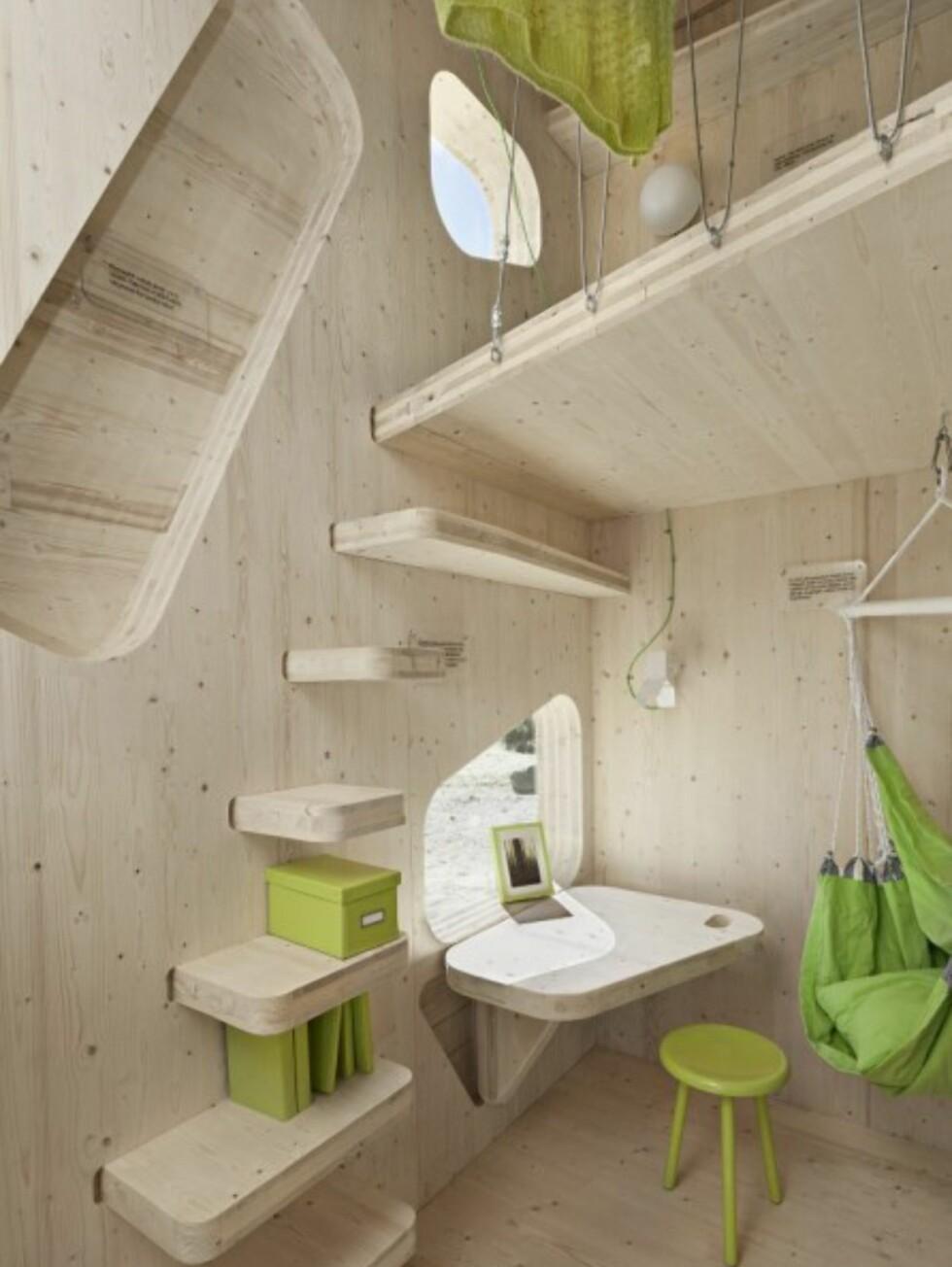 TRIPP-TRAPP: Bittesmå trappetrinn (som også gir hylleplass) fungerer som adgang til sengeposten i høyden. Foto: Tengbom