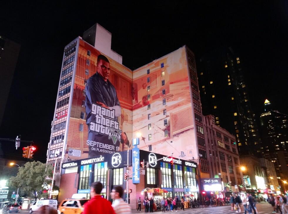 GTA-MANIA: Her er GTA V-reklamen klistret over 12 etasjer på et bygg ved Times Square, New York i forkant av lanseringen. Foto: Fred Magne Skillebæk