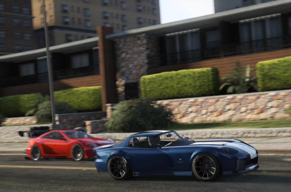 KJØRES OVER HELE KLODEN: Her er en skjermdump fra historiens mest suksessrike spill, det (nok en gang) omstridte Grand Theft Auto - nå kalt V/five. Bilen i forgrunnen, den inntil nylig fiktive Bravado Banshee, er faktisk nylig blitt bygget i virkeligheten (se bilde lenger ned). Foto: Rockstar Games