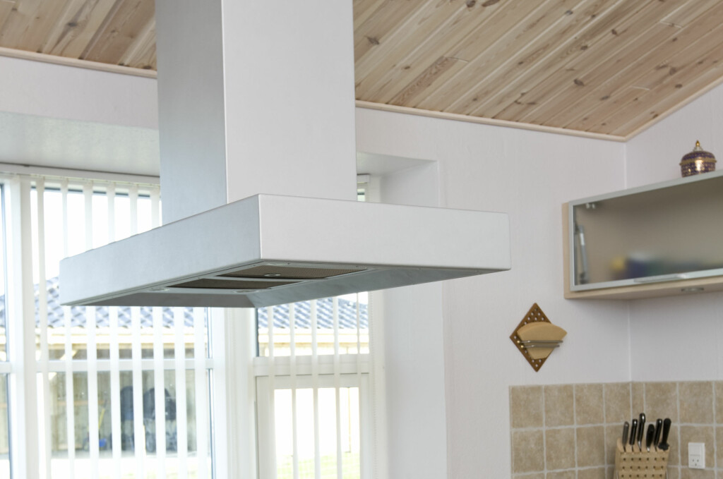 Er ventilatoren riktig plassert? Er den ren? Og starter du den i riktig tid? Se knepene for å slippe matos i huset. Foto: Colourbox.com