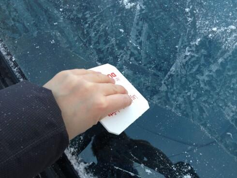 Den klassiske firkantede isskrapen fungerer godt.  Foto: Berit B. Njarga