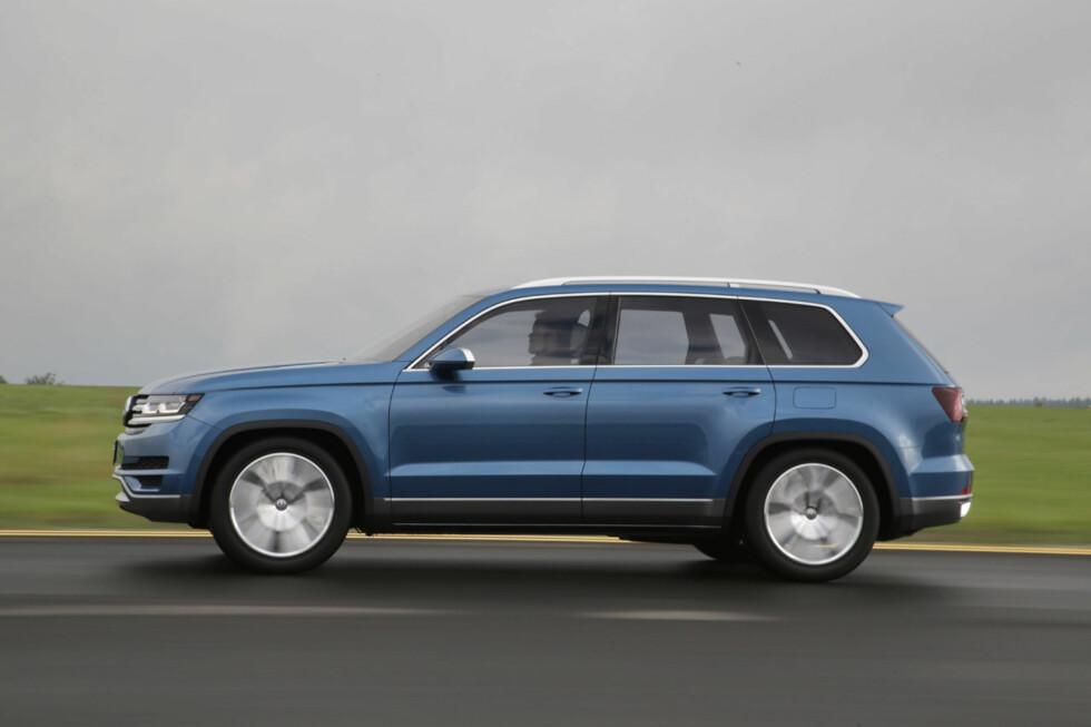 """Her er Volkswagen CrossBlue - omsider ute på veien. Den har en tydelig amerikansk designinnflytelse og fremstår som en slags """"Touareg Pluss"""". Det dreier seg om en hybrid som - om produksjon blir bekreftet - vil kunne leveres med tre seterader. Foto: Volkswagen"""