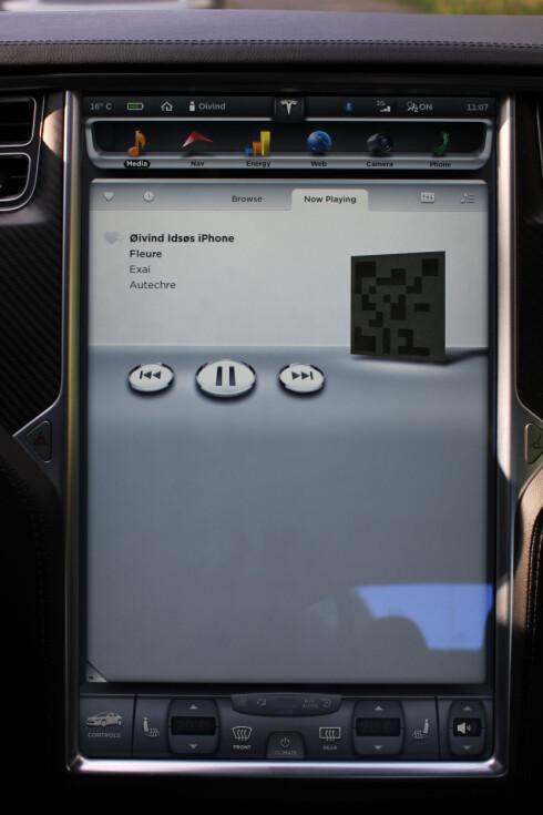 <strong><B>MARKANT:</strong></B> Teslas 17-tommer store hovedskjerm gjør et mektig inntrykk. Foto: Øivind Idsø