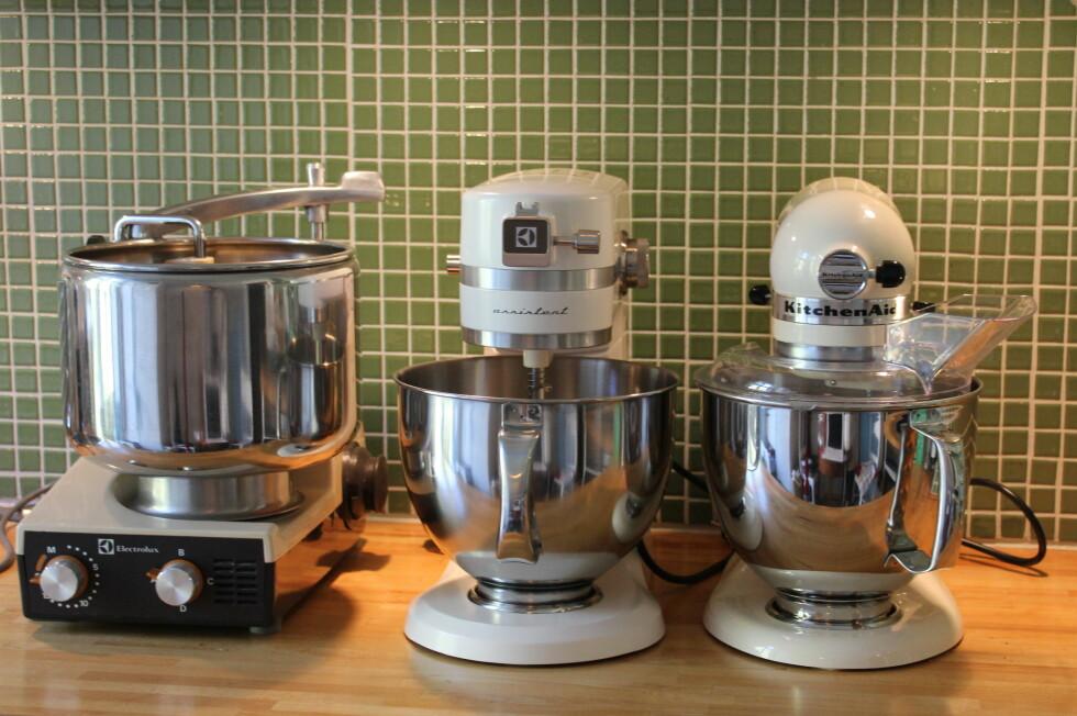 Kjenner du den igjen? Vi har testet Electrolux' nye Assistent (midten) mot 70-tallsversjonen (til venstre) og den ikke helt ulike KitchenAid (til høyre).  Foto: Elisabeth Dalseg