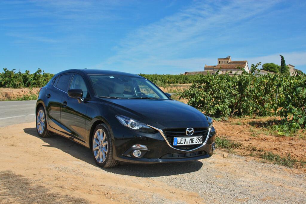 """Nye Mazda 3 erstatter en bil som var blitt helt grei. Nå er den mer enn """"helt grei"""". Motorer, girkasser, kjøreegenskaper og interiørkvalitet - alt er på plass. Hadde det ikke vært for at plassforholdene med fordel kunne vært noe bedre og støyisoleringen enda et hakk hvassere, kunne dette blitt toppscore. Foto: Knut Moberg"""