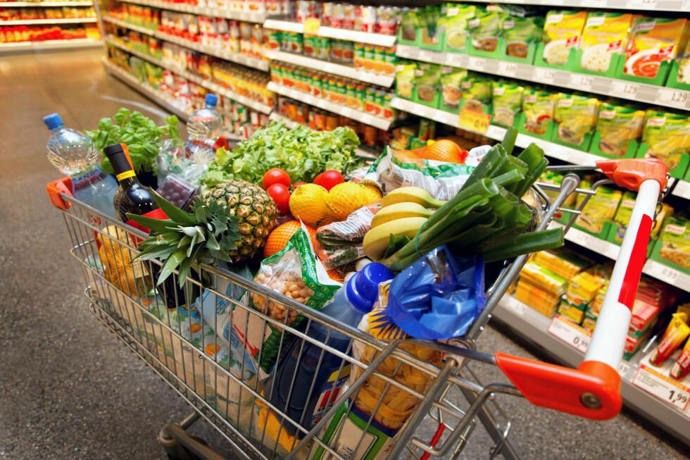 Nordmenn fyller opp handlekurven med stadig flere økologiske varer. Økningen var på 15 prosent første halvår i år.  Foto: Colourbox
