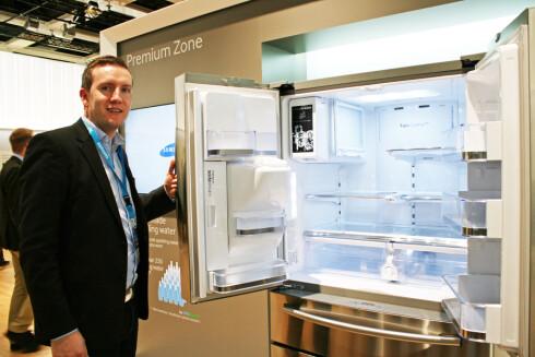 """Trond Gulbrandsen i Samsung med det nye kombiskapet med fransk dør - og //www.dinside.no/922326/naa-faar-du-boblevann-fra-kjoleskapet"""">innebygget SodaStream-maskin i døren! Men aller viktigst: Her er det mulighet for å temperaturregulere ikke bare de to nederste skuffene i kjøleskapsdelen - men også den øverste fryseskuffen kan være både frys og kaldere kjøl etter ønske. Foto: ELISABETH DALSEG"""