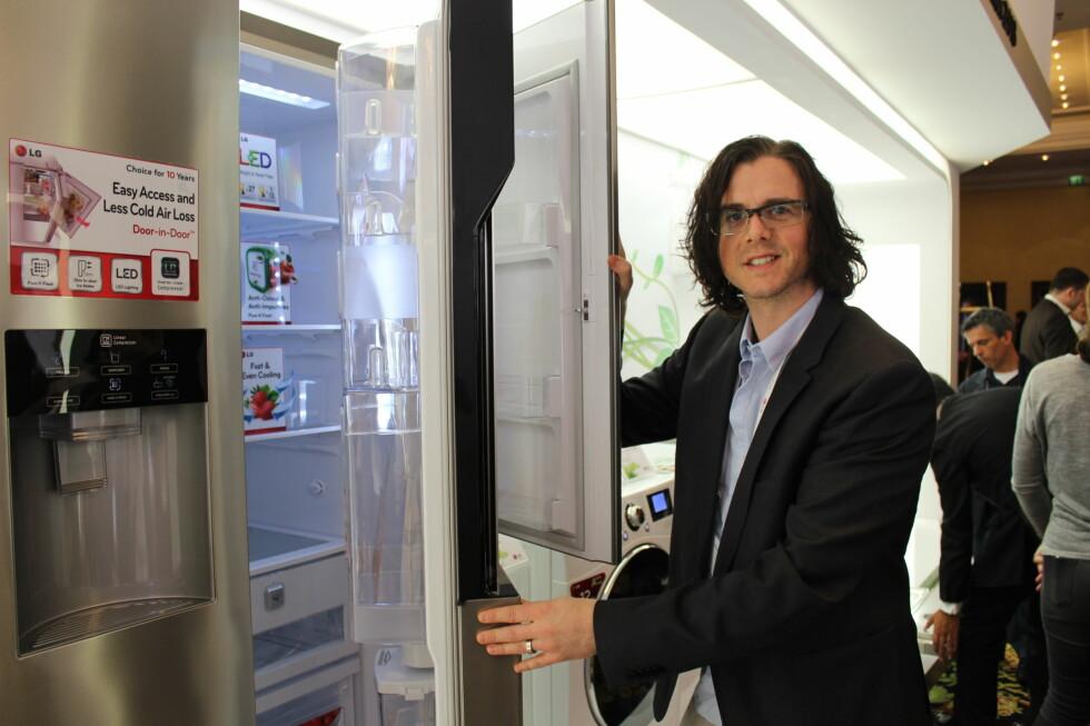 Sebastian Bengtsson fra LG viser frem dobbeldørsystemet, der du har tilgang til det som står i døren fra to sider.  Foto: Elisabeth Dalseg