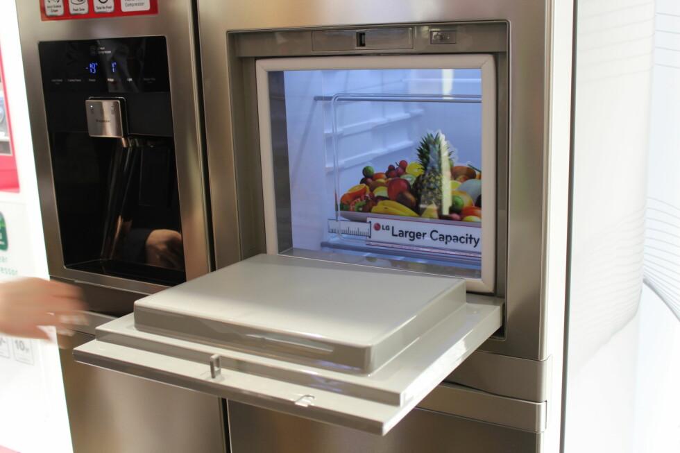 En liten lem i kjøleskapsdøren på dette side-by-side-skapet fra LG gir deg tilgang til det aller mest nødvendigste. Foto: Elisabeth Dalseg