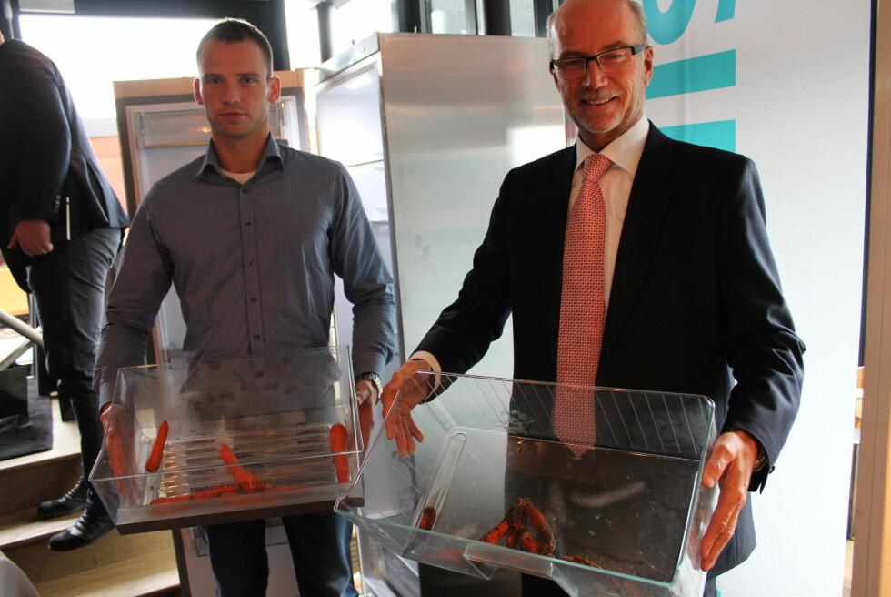 Siemens' produktspesialist Kristian Magnussen og administrerende direktør Rune Tufte holder frem hver sin kjøleskapsskuff med 50 dager gamle gulrøtter. de til venstre har bodd i en Hydra Fresh-skuff i et splitter nytt kjøleskap - mens de til høyre har hatt residens i et kjøleskap fra 1998.  Foto: Elisabeth Dalseg