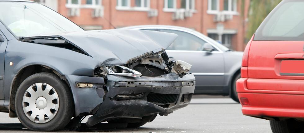 """Bilister advares mot ny type bilsvindel: """"Flash for cash"""". En """"hjelpsom"""" bilist blinker til deg som for å slippe deg frem, for så å krasje rett inn i deg og kreve forsikringsoppgjør. Foto: colourbox.com"""