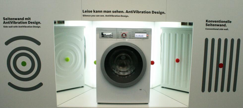Sidepanelene på vaskemaskinen er faktisk med på å styre hvor mye den vibrerer - og følgelig bråker. Se video lenger ned i saken.  Foto: Elisabeth Dalseg