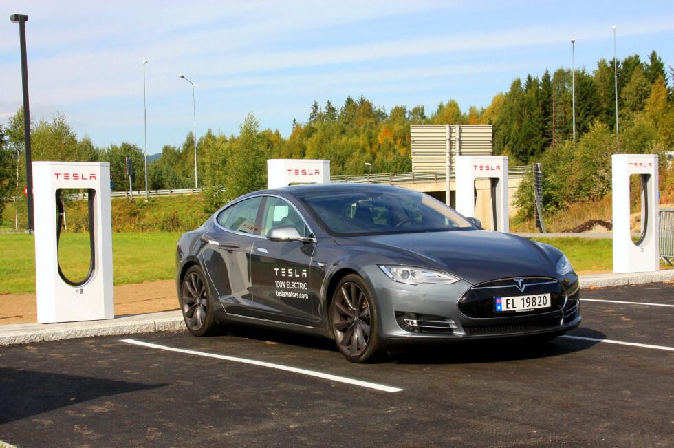 Her lader vi en Tesla Model S Performance Edition ved en superlader på Lillehammer.Med 210 ampère/410 volt kan vi skrive under på at det går unna! Et måltid mat, så går turen videre. Dette er for tiden bilen som topper norsk registreringsstatistikk! Foto: Knut Moberg