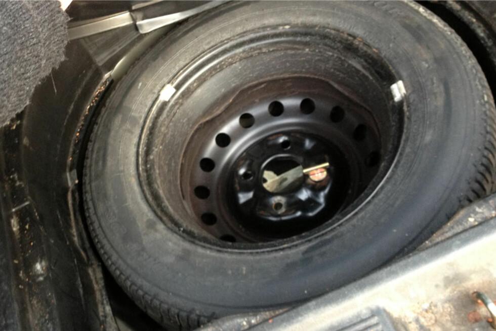 ...ligger det egentlig et reservehjul bak i bilen, og er det luft i det? Svært mange må reddes ved punktering. Foto: Berit B. Njarga