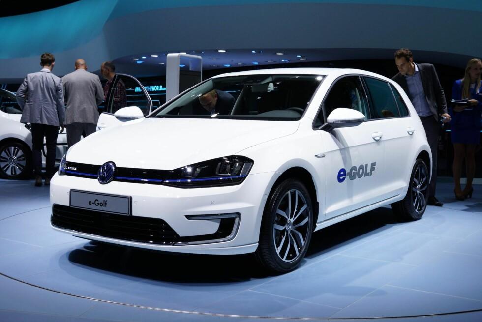 Volkswagen viser frem den elektriske Golf - e-Golf - på standen i Frankfurt, og kan dermed allerede skilte med to elbiler i stallen. Foto: Newspress