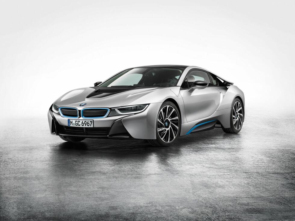 UNEKTELIG TØFF: Vi fryktet at BMW ikke ville våge en såpass radikal design. i8 er en 2+2 sportskupé for  fremtiden: En ladbar hybrid med en total system-effekt på 362 hestekrefter. Bensinmotoren driver bakhjulene, elmotoren forhjulene. Foto: BMW