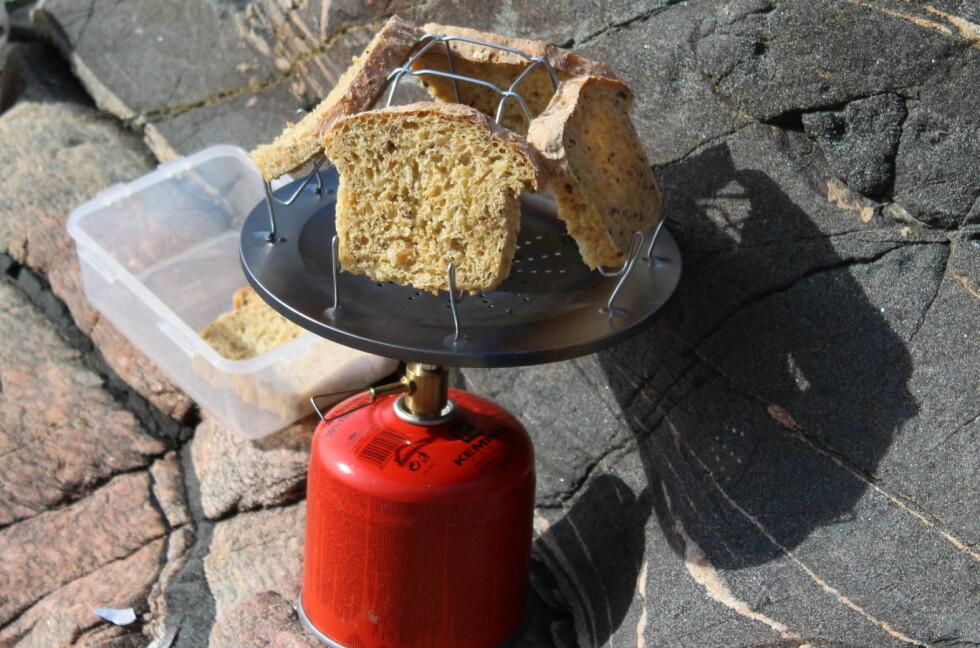 Ekstra stas med rista brødskiver på tur. Foto: Kristin Sørdal