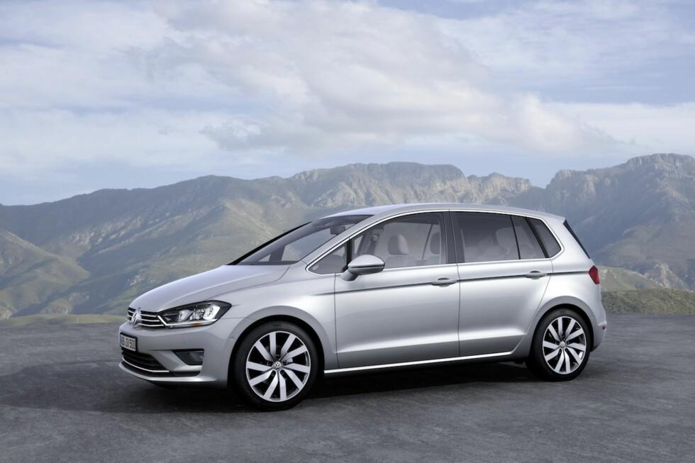 Hvis du synes det ser ut som en oppblåst versjon av vanlig VW Golf har du *nesten* rett. Etterfølgeren til Golf Plus er en annerledes mellomting mellom den vanlige kombien og stasjonsvognen og den har fått navnet VW Golf Sportsvan. Foto: VW
