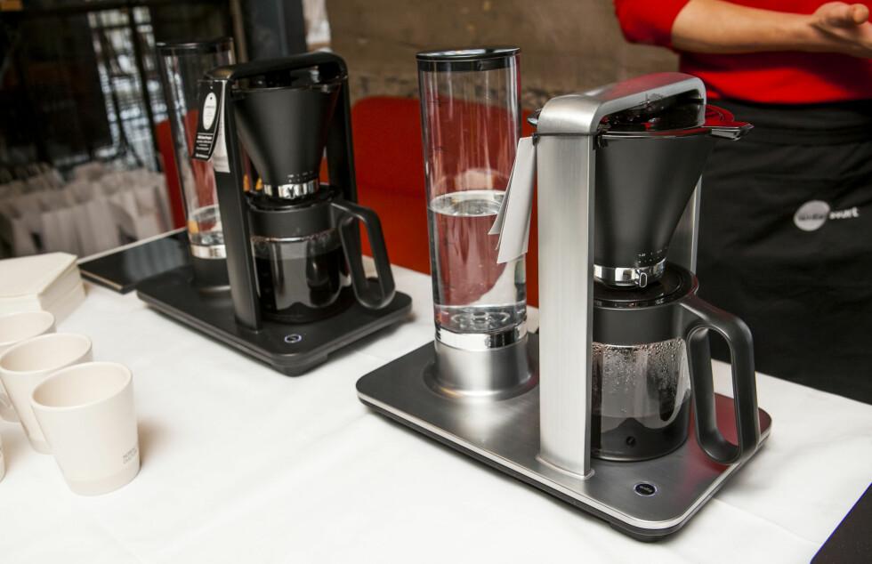 Vil du vinne en kaffetrakter? Vi gir bort vårt testeksemplar av Wilfa Svart automatisk (til venstre på bildet) til en heldig leser.  Foto: Per Ervland
