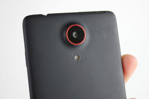 ZTE har ikke valgt å skjule kameraet til Nubia Z5 på noen måte. Den ferrari-røde ringen rundt linsen setter preg på utseendet. Foto: Kirsti Østvang