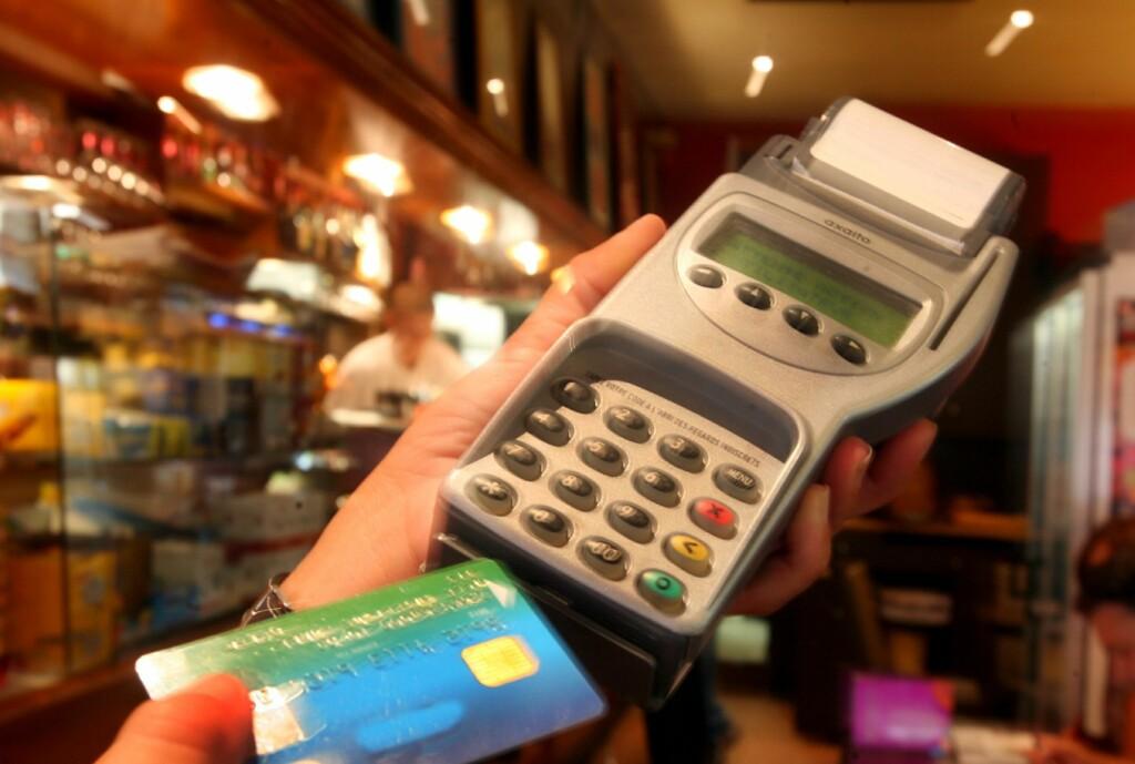 Trusselen mot norske forbrukere er stor. Derfor er det viktig at du tar nødvendige forholdsregler hver gang du bruker kortet i fysiske terminaler og når du handler på nett. Foto: Colourbox.com