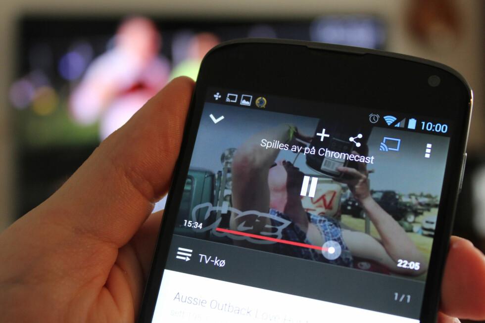 FJERNKONTROLL: Når du spiller av innhold via mobilen styres Chromecast med mobilen. Du får ikke med noen fjernkontroll, og Chromecast har ikke noe eget grensesnitt.  Foto: Ole Petter Baugerød Stokke