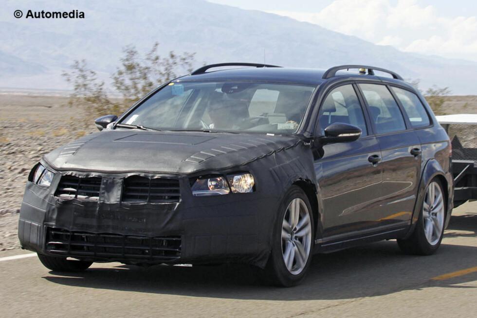 """VW Passat 2015-modell i forkledning. Dette er en """"halv"""" prototype av stasjonsvognutgaven under testing i USA. Foto: Automedia"""