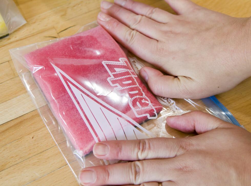 Legg i en pose, og sørg for at du presser ut så mye luft som mulig før du lukker den. Foto: Per Ervland