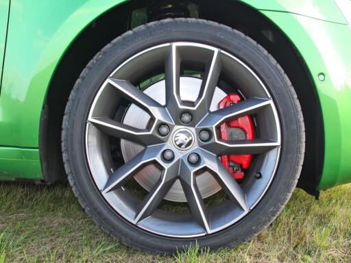 Rød-grønt: En sportslig piff med røde kalipere. Bilen kan foruten den gressgrønne fargen også velges i blant annet blått, rødt og hvitt. Foto: Knut Moberg
