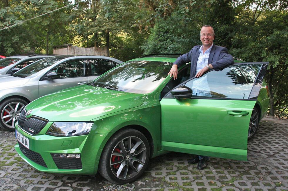 """En synlig stolt Jan Erik Haugen viser frem nyeste generasjon Skoda Octavia RS - en fartsmaskin på 220 hestekrefter som samtidig er en praktisk, funksjonell og rimelig komfortabel familiebil. Den fremstår i hvertfall som mer """"sivilisert"""" enn sine fettere - VW Golf GTI / GTD. Foto: KNUT MOBERG"""