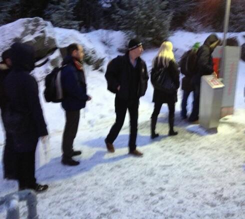 Tidligere i vinter: Fjerdemann i køen skjønner at det bare er å gi opp når toget ankommer stasjonen. Foto: Tuva Moflag