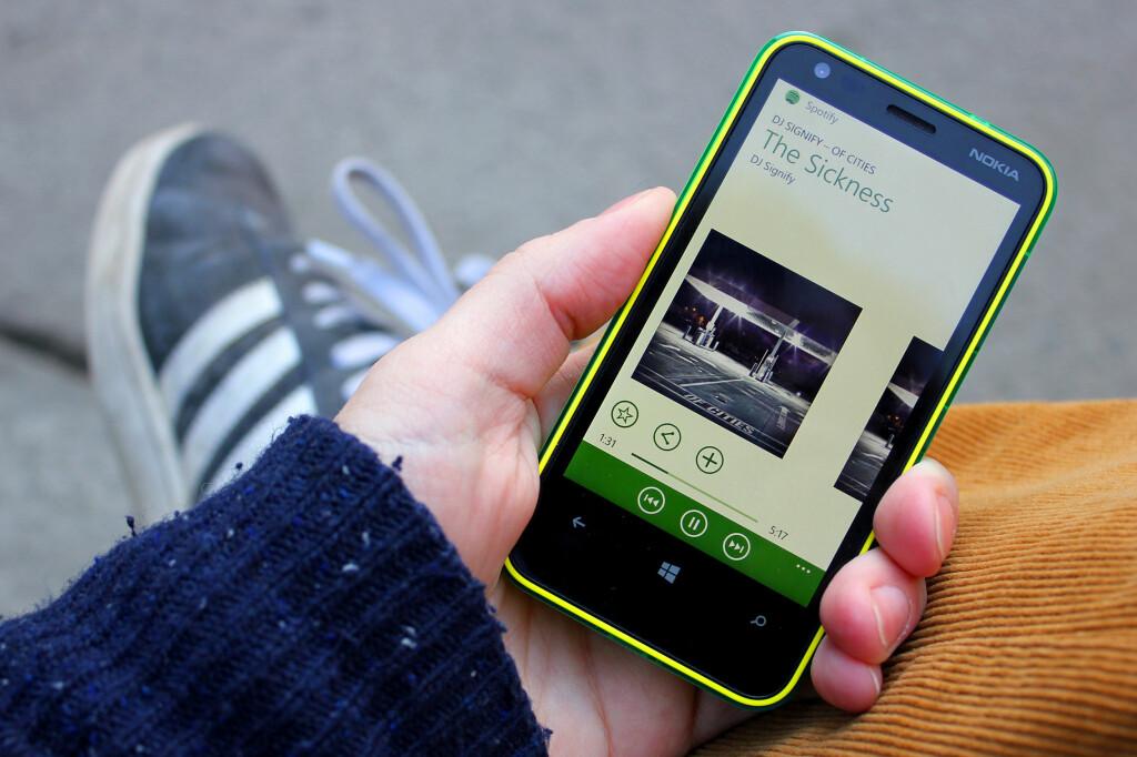 SJELDENT SYN: Når så du noen sist sitte slik med en Windows Phone?  Foto: Ole Petter Baugerød Stokke