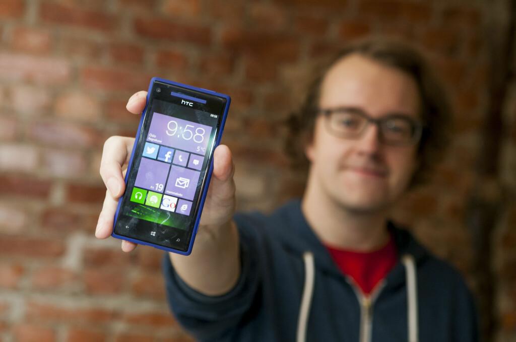 HISTORIE: Her holder jeg min Windows Phone 8X fra HTC. Jeg har den fortsatt, og bruker den sporadisk, men bruker mer og mer Android.  Foto: Per Ervland