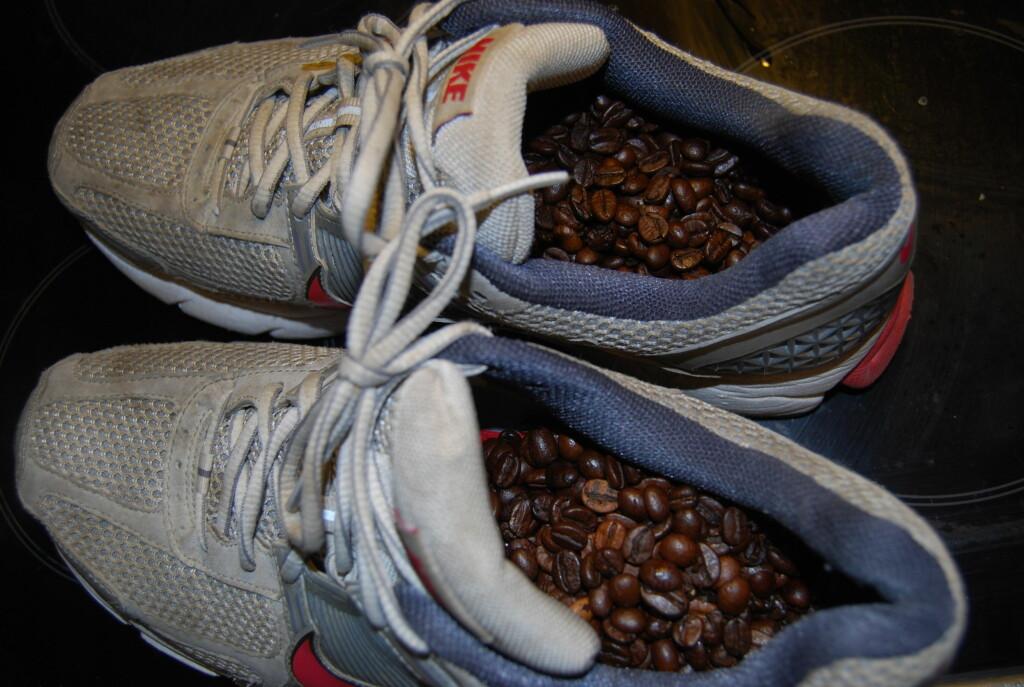 GODLUKT: Vil du at skoene dine skal lukte en svak eim av deilig, fersk kaffe, så prøv dette trikset.  Foto: Thomas Strzelecki