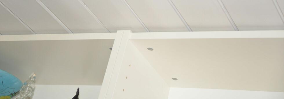 Synlige grå låseplugger kan kamufleres med hvite etiketter eller males hvite. Foto: Brynjulf Blix