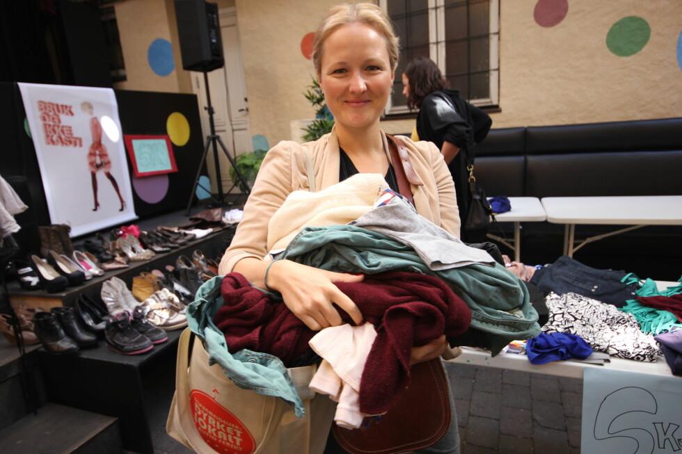 Mathilde Ramfelt (34) er fornøyd med byttedagen. Hun tror denne typen arrangementer kan bidra til å få ned overforbruket av billigproduserte klær av dårlig kvalitet.  Foto: Berit B. Njarga