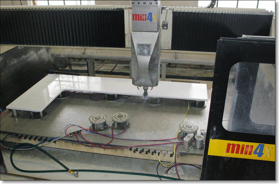 Fresing av benkeplater med CNC-styrt fres Foto: Benkeplater.no