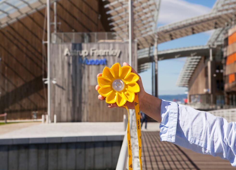 Little Sun er et lite kunstverk som virker. Kunstner Olafur Eliasson og ingeniør Frederik Ottesen har utviklet Little Sun for å bringe rent, pålitelig og rimelig lys til deler av verden uten tilgang på elektrisitet. Den kan bæres eller henges opp i stroppen som følger med, eller du kan sette den på bordet. Pris: 195 kroner fra Astrup Fearnley-museets butikk.  Foto: Astrup Fearnley