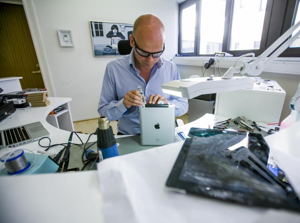 Dr. iPod i dyp konsentrasjon (foran). Steve Jobs i nestenmeditasjon med data i fanget (bak). Foto: Per Ervland