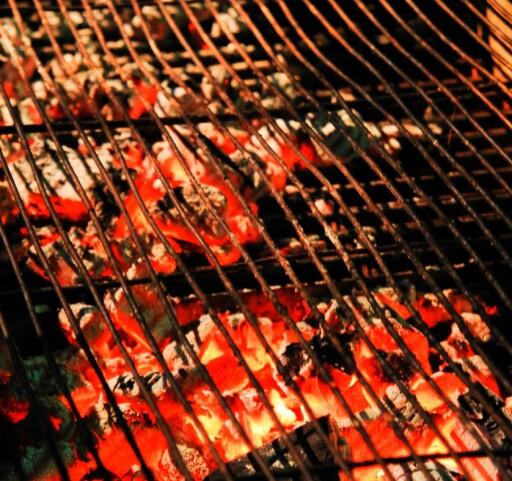 Når maten er ferdigrillet legger du grillristen så tett ned på grillkullet som mulig.  Foto: Panthermedia