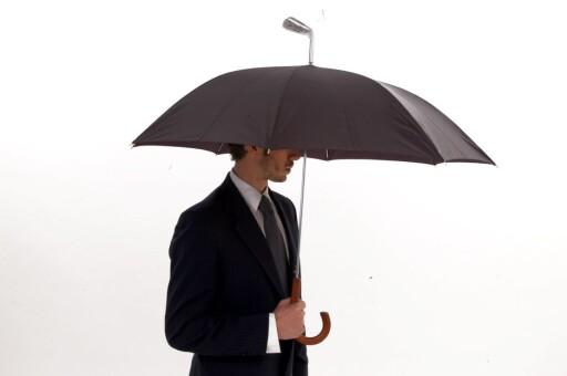Styr unna både golfkøller og paraply når det lyner. Foto: Produsenten