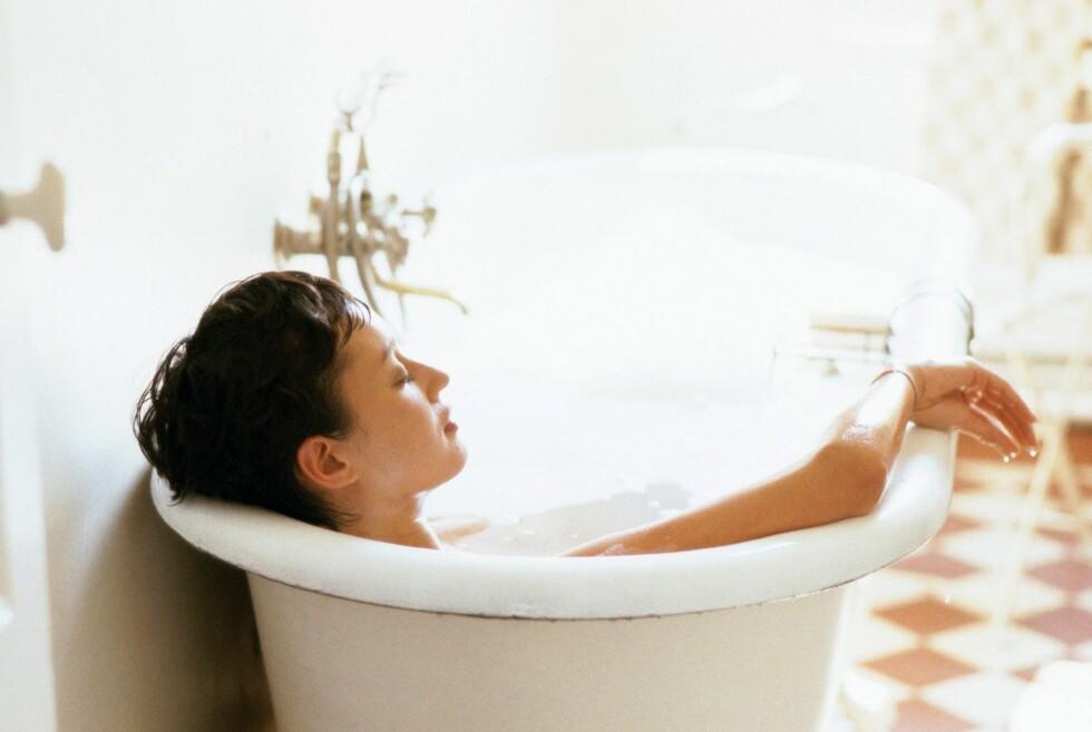 Du bør ikke bade hverken inne eller ute når det lyner og tordner. Foto: colourbox.com