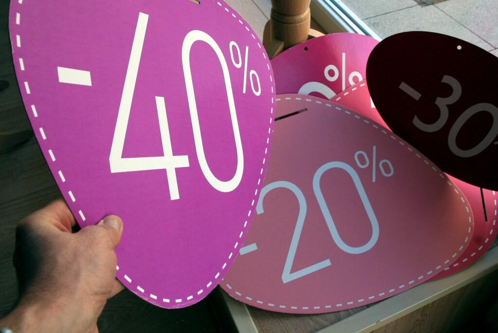 SALG ELLER LØGN: Butikkene finner foran augustsalget frem sine største skilt, og reklamerer med prosenter og avslag. Men vær klar over det ikke er gull alt som glimrer.  Foto: Colourbox.com