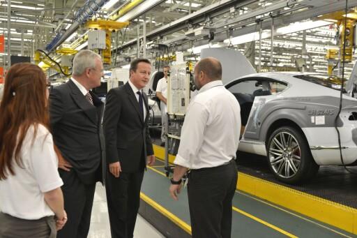 Martin Winterkorn (VW-sjefen) og David Cameron (statsminister i Strobritannia) ved produksjonslinjen til Bentley i Crewe. Foto: Bentley