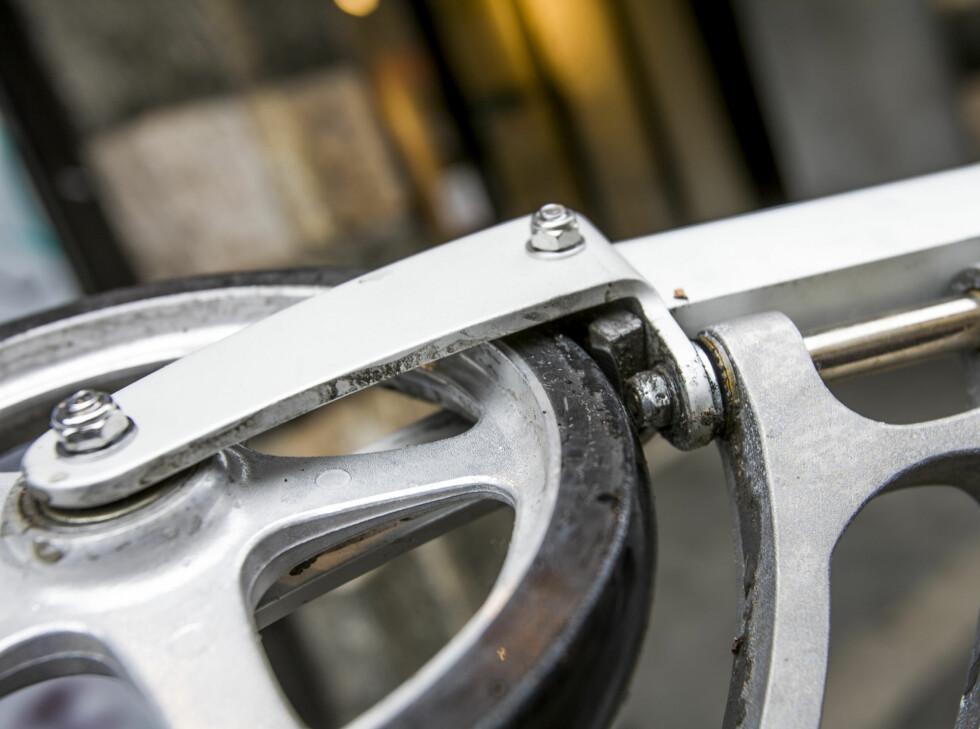 BREMSEKLOSS: I bratte bakker kan du kombinere for- og bakbrems. Foto: Per Ervland