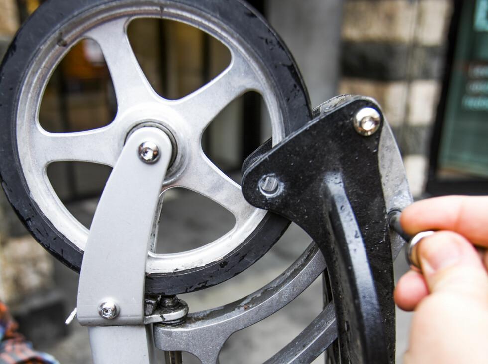 ENKEL: Dra ut låsepinnen fra det venstre hullet, brett sykkelen sammen, og sett pinnen i det høyre hullet.