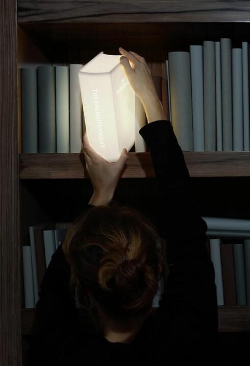 <strong><B>OPPLYSNINGSTID:</strong></B> Denne bokhyllelampen er sikkert morsom for lesehestene. Foto: Produsenten
